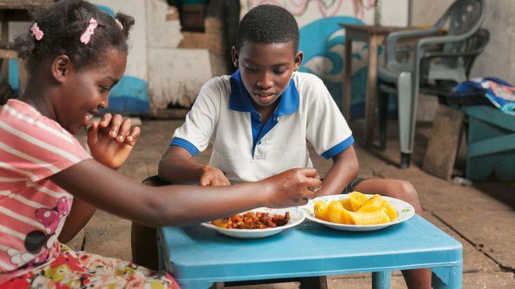 Christabelle (10), het zusje van Andrew, smikkelt van de maaltijd die haar broer van zijn eigen oogst heeft gemaakt.