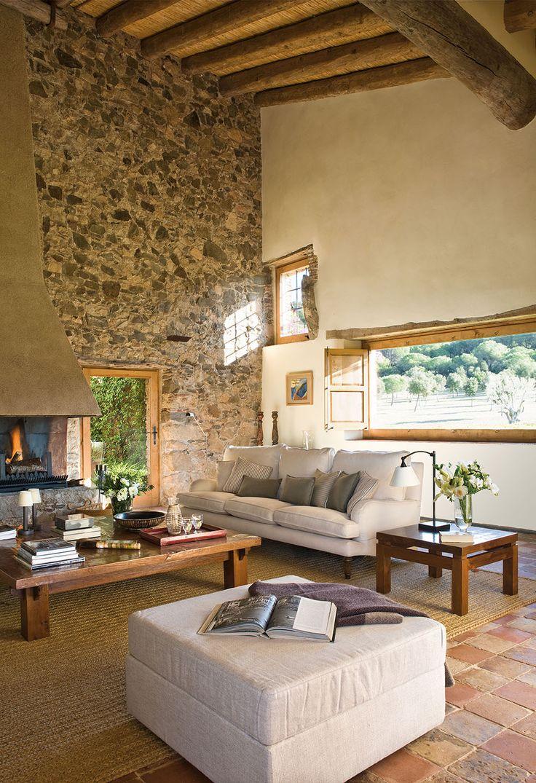 saln con chimenea y vigas de madera con ventanas pequeas y alargadas