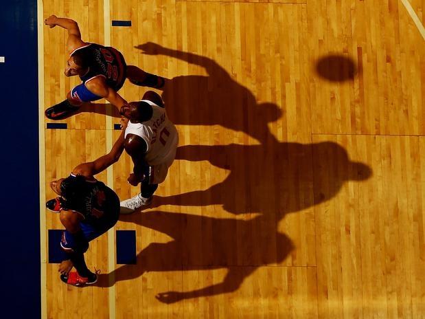 24 de outubro Andray Blatche, do Brooklyn Nets, disputa lance com Mychel Thompson e Chris Copeland, do New York Knicks, durante jogo no Nassau Coliseum, nesta quarta-feira, pela pré-temporada da NBA  Foto: Getty Images