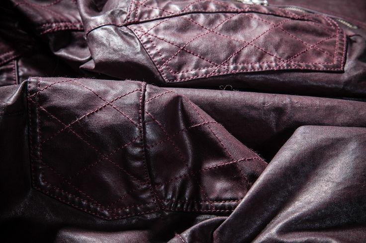 In Pespow, abbiamo il know-how per operare una vasta gamma di trattamenti tinto capo: dalle tinture mono-tessuto alle composizioni miste (cotone-nylon ecc.). Per un prodotto composito, dove sono necessari processi differenziati in funzione dei materiali, l'iter risulta più complesso ma anche più interessante in termini di resa finale e di ricerca.  Trattamenti a capo finito #Parka #Pespow #Jacket