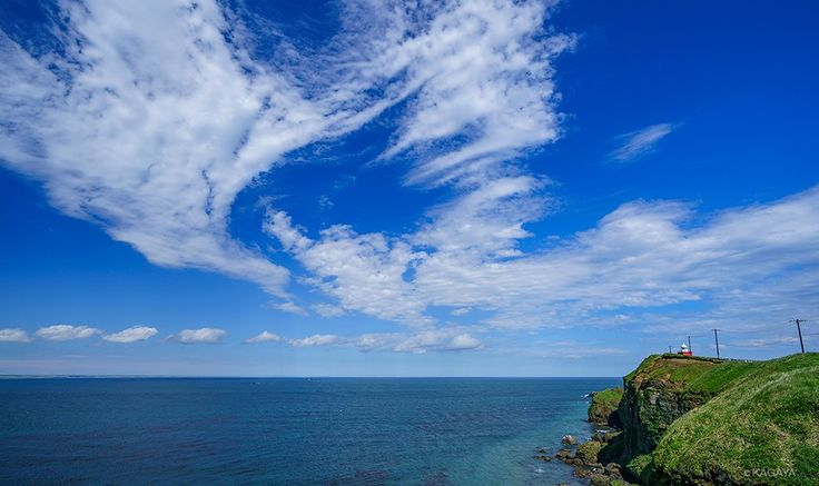 KAGAYA @KAGAYA_11949 6月12日 昨日午後の霧多布岬(湯沸岬)にて。 夜間撮影の下見に訪れると、鳥の形に見える雲や、翼の形の青空が。 雲は風に流され瞬く間に形を変えていきました。