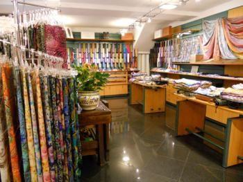 In questo negozio puoi trovare sciarpe, scialli e cravatte.  In this shop you can find scarves, shawls, ties.