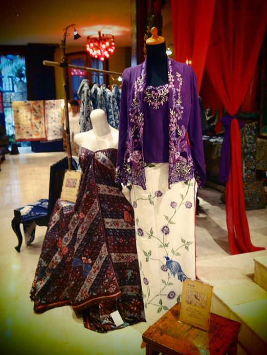 Winning+combination:+Batik+cloth+worn+with+a+kebaya+encim+top+is+an+easy+fashion+solution+when+attending+formal+occasion...