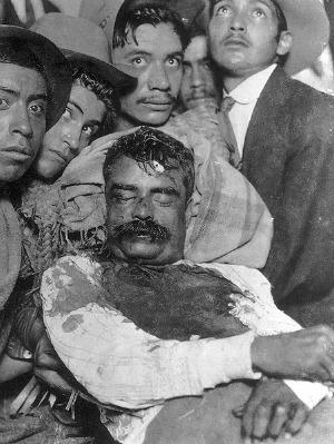En 1919 Zapata fue traicionado y abatido en una emboscada. Con Zapata muerto la revolucion en Mexico debia acabar, pero no se podian permitir que la noticia de la muerte de Zapata se diera por falsa. J. Mora fue el encargado de dejar constancia de su muerte con esta imagen. Esta fotografia apago la llama de la revolucion y a su vez convirtio a Zapata en un martir. Aun asi muchos decian que en las noches de luna, se le podía ver cabalgando cerca de Anenecuilco, el sitio de su nacimiento.