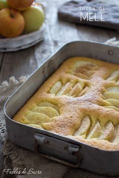 Questa torta di mele velocissima è anche sofficissima e con tante belle mele sopra. Si sporca solo una ciotola, una frusta e va dritta in forno. Facile.
