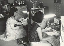 寮生活 1960年ころ。畳の和室、文机、蛍光灯の電気スタンドで勉学する寮生