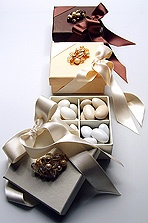 To add that extra Italian touch to your wedding celebration you can follow Italian tradition and offer your guests a bonbonnière as a little memento of your special day, and as a thank-you for participating.   Elegant paper box with satin ribbon bow and crystal broche with finest sugar almond assorted flavoured confetti.