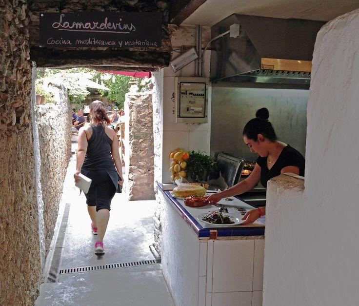 """Fährt man in den beschaulichen Ort Arta auf der Insel Mallorca, sollte man im Restaurant/Bar """"La Mar de Vins"""" vorbei schauen. Das etwas versteckte Restaurant liegt in der C/ Antoni Blan…"""