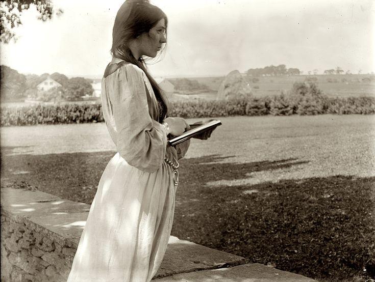 """The Sketch."" 1902. Beatrice Baxter Ruyl in Newport, Rhode Island. 8x10 inch dry plate glass negative by Gertrude Käsebier."