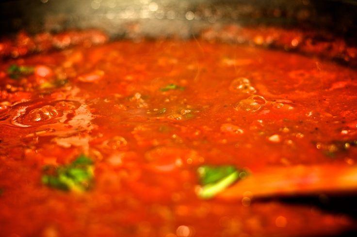 Tomatensaus, wie kent het niet. In deze basis uitleg laat ik zien hoe je standaard basis tomatensaus maakt voor pasta. Eentje die je gemakkelijk zelf kan maken en ook nog eens gezonder dan de kant-en-klaar sauzen. Vanuit die basis tomatensaus kun je natuurlijk gemakkelijk de saus met vlees en/of groentes aanvullen tot je een volledige tomatensaus hebt.