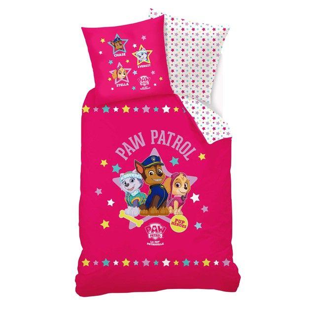 """Bettwäsche """"Paw Patrouille"""" für Mädchen PAT PATROUILLE : Preis & Lieferung. Bettwäsche """"Paw Patrouille"""" aus reiner Baumwolle, bedruckt. Set bestehend ausBettbezug und Kissenbezug.Von dieser Bettwäsche träumen kleine Mädchen... Details: Bettbezug: eine Seite mit Einzelmotiv, eine Seite Sterne allover.140 x 200 cm. Gerader Abschluss. Verschluss mit Knöpfen. Kissenbezug: Quadratisch. E..."""