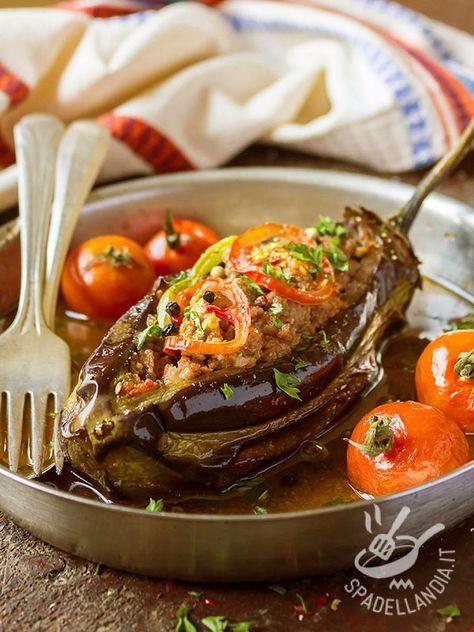 Melanzane ripiene di carne macinata: un secondo diverso, un vero e proprio piatto unico se lo accompagnate con riso o cereali.