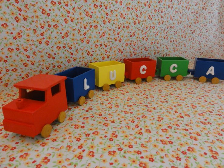 Trenzinho em madeira (MDF), pintado, envernizado e decorado com letras em biscuit.  Valor referente a uma Locomotiva e 5 vagões.  Locomotiva: 7 cm de comprimento x 5 cm de largura x 5,5 cm de altura  Vagão: 6,5 cm de comprimento x 4 cm de largura x 5 cm de altura