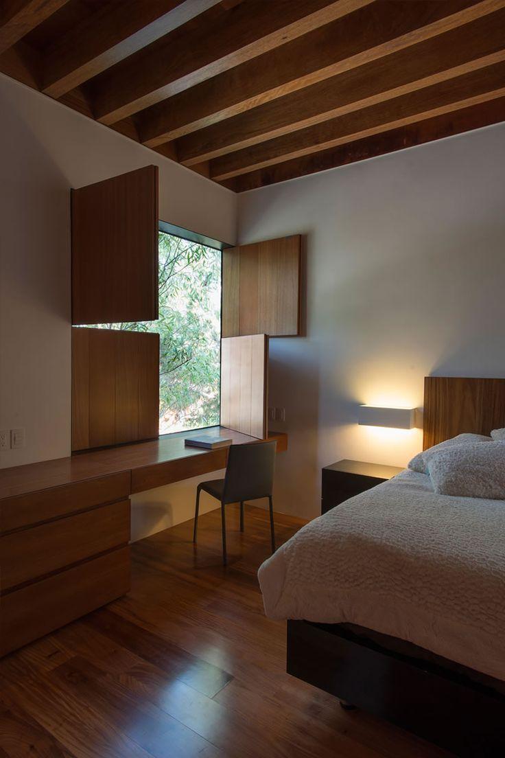 Modern bedroom.   Casa Atlas by Estudio Macias Peredo