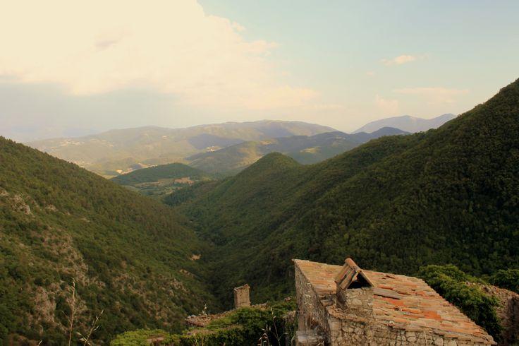 """Gran cosa i nomi di luogo, in Umbria. Lo #Scoppio non deve certo il suo nome ad un'esplosione, ma al latino """"scopulus"""": era, infatti, un perfetto punto d'osservazione verso la pianura sottostante, verso Spoleto. Adesso, a fare la guardia a questo valico c'è solo qualche pietra sconnessa, e qualche escursionista temerario..."""