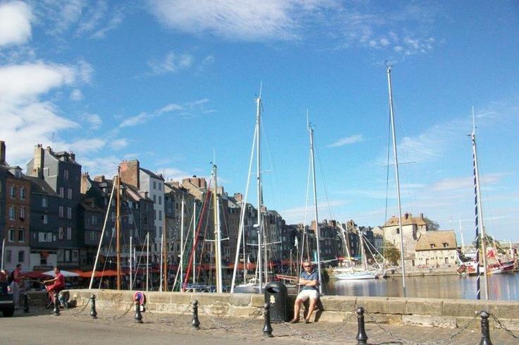 Yüzyıl savaşlarından sonra, denizcilik alanındaki gelişmelerden nasibini alan şehir tam bir liman şehri olmuşturç Ticaret ve taşımacılık konusunda ana Fransa'dan denizlere açılan önemli limanlardan bir olan şehri gezdikçe denizciliğin ne kadar önemli olduğunu anlayacak ve hissedeceksiniz... Daha fazla bilgi ve fotoğraf için; http://www.geziyorum.net/honfleur/