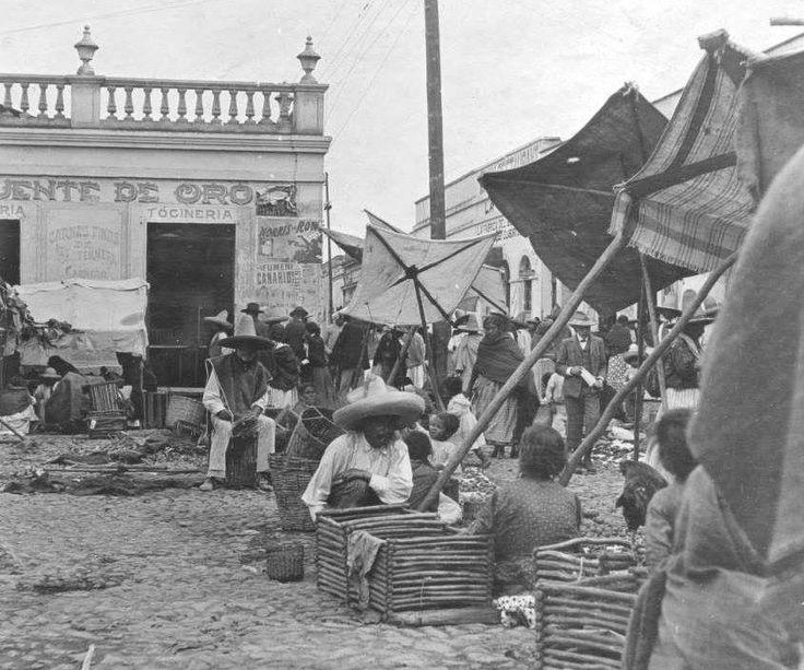 El comercio en la Villa de Guadalupe alrededor de 1905. Al fondo se aprecia el cruce de las antiguas calles de Matamoros e Hidalgo, que desapareció décadas después con la urbanización del rumbo. Hoy este espacio es parte de la Plaza Mariana.