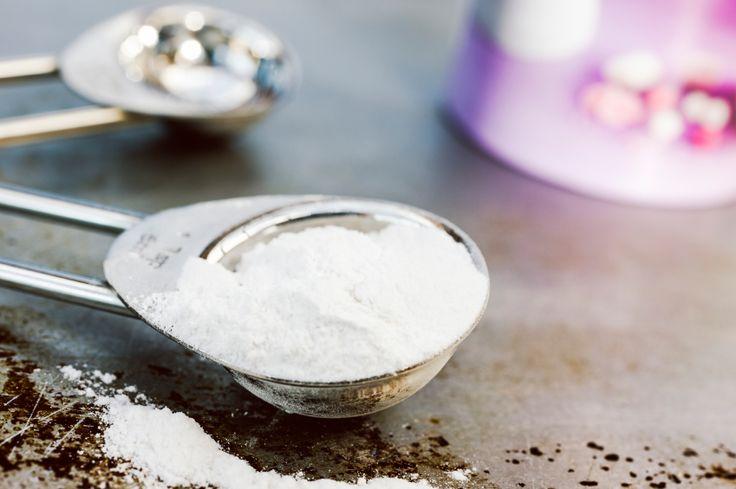 Bijna iedereen kent de zakjes bakpoeder wel. Vaak heb je ze wel ergens verstopt in de keuken en heel soms tover je ze tevoorschijn als je iets wilt bakken en je ze nodig hebt volgens het recept. Nu bestaan er ook recepten waarin je baking soda moet gebruiken. Dat kan nogal verwarrend zijn. Is baking…