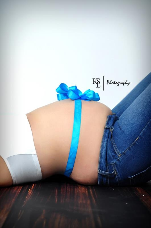 pregnant belly photography gift wrapped