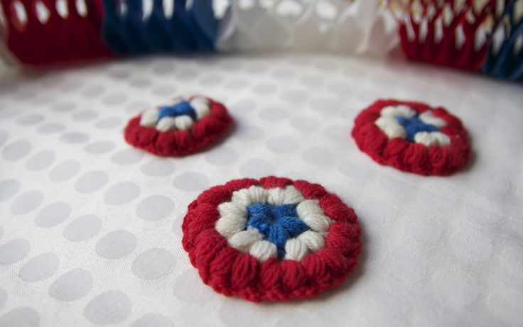 National Day crochet brooch - National day crochet-brooch - free crochet pattern - Pickles