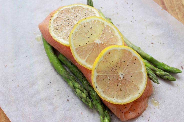 Zalm in de oven wordt vaak snel droog, maar niet met dit recept! Combineer het met asperges en krieltjes voor een ultiem gezonde en lekkere combinatie.