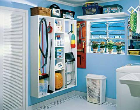 Como organizar a lavanderia. Armários, porta-vassouras, prateleiras, cestos e outros acessórios que deixam a vida mais prática.