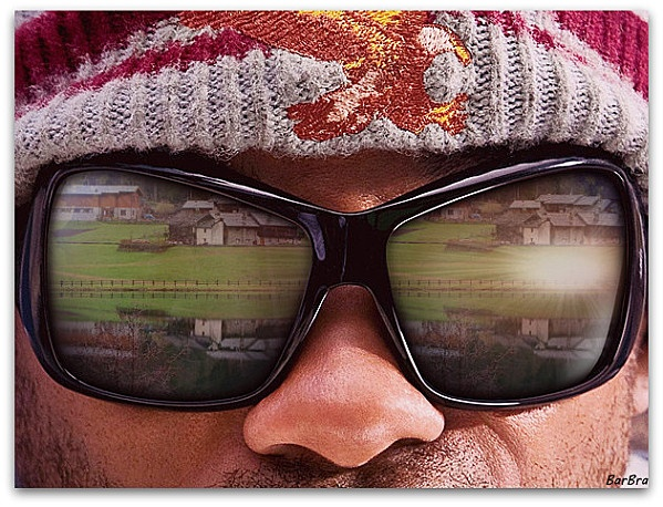 � � � � � Fotomontaggio del riflesso di�un laghetto di montagna sugli occhiali da sole di�un ipotetico�scalatore ... � � ... un gioco di riflessi � � � � � � � �...