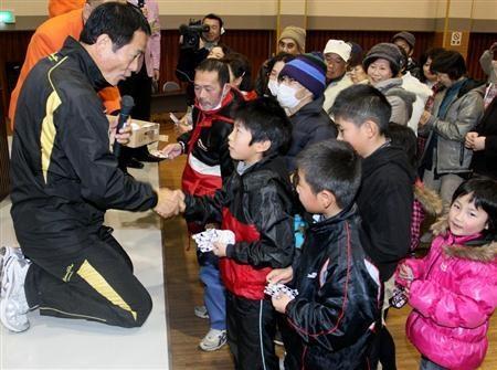 DeNA・中畑監督が南相馬市を訪問。被災者との交流会でビンゴ大会を開催し、景品のサインボールを子どもらに渡す=21日午後、福島県南相馬市(撮影・桐原正道)