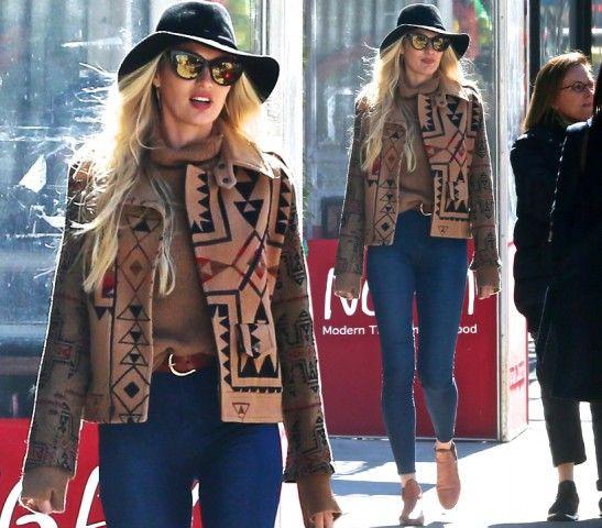 CHI: Candice Swanepoel  DOVE: New York  LOOK: Etnico. Cappello a falda larga, occhiali e giacca in panno nocciola con disegni geometrici, sotto dolce vita, jeans denim a vita alta e ankle boots. La modella si gode il sole passeggiando per l'East Village.