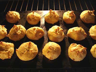 Une dernière recette pour ce soir ! Grand classique de la cuisine française, voici ma recette des Pommes Dauphines au Four, sans prise de tête, vite fait ce qui n'empêche pas le bien fait ! De quoi, je pense, se réconcilier avec la confection de la pâte...