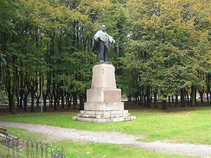 Alla morte di Garibaldi (1882), anche Monza volle un monumento alla sua memoria, vinse il concorso Bazzaro. La scultura era in marmo e si trovava in piazza Isola (oggi appunto piazza Garibaldi). Il marmo andò gravemente deteriorandosi, così fu sostituita della sua copia in bronzo, (Bazzaro) che venne posizionata nei Boschetti reali (tra il Re de Sass e il Parco). Nel 2013 l'originale in marmo, restaurato, è stato ricollocato in piazza Garibaldi.