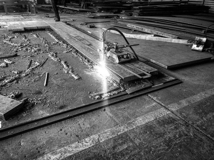 #chispa #corte #soldar #placa #soldador #soldadura #geometria  #habilitador #arcosumergido #arcoelectrico #constructor #trabajador #soldadura #electrodo #perfil #acero #hierro  #fabricación #procesodefabricacion #weld #estructura #ingenierocivil #estructurado #blancoynegro  #blancoynegrofoto  #welding #blackandwhite #blackandwhitephotograph #steel