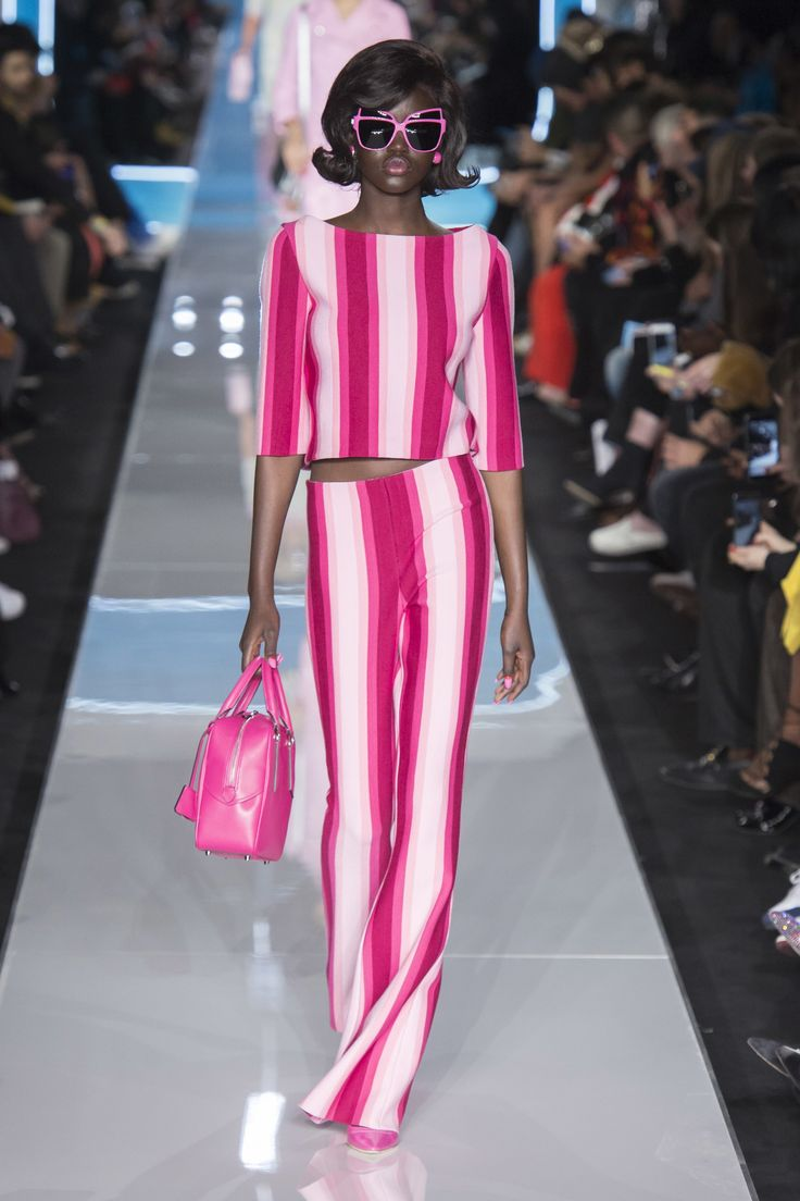 Pink horizontal stripes look fresh in this outfit combo - Moschino Fall 2018 Ready-to-Wear #milano...x