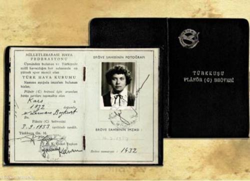 Leman Bozkurt Altınçekiç 1932 - 2001-1932 yılında Sarıkamış'ta doğan Leman Bozkurt, liseyi bitirdiği yıl Türkkuşu İnönü tesislerinde planör eğitimi aldı. Hemen ardından Türkkuşu Motorlu Okulu'na öğretmen adayı olarak katıldı. 1954 yılında silahlı kuvvetlere bayanların da alınmasıyla ilgili karar çıkınca İzmir Hava Harp Okulu'na başvurdu ve Ekim 1955'te burada eğitime başladı. Pervaneli uçaklarla eğitimini tamamlayarak 30 Agustos 1957'de mezun oldu