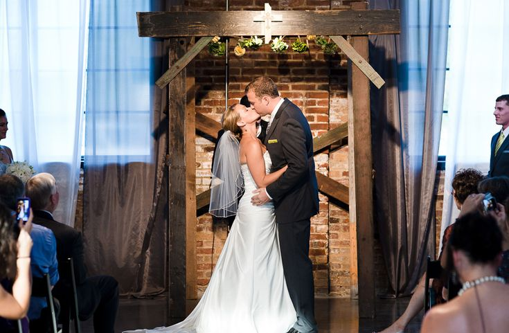 Reclaimed wood wedding altar. Click through for more pics and ideas. | Hammer & Moxie