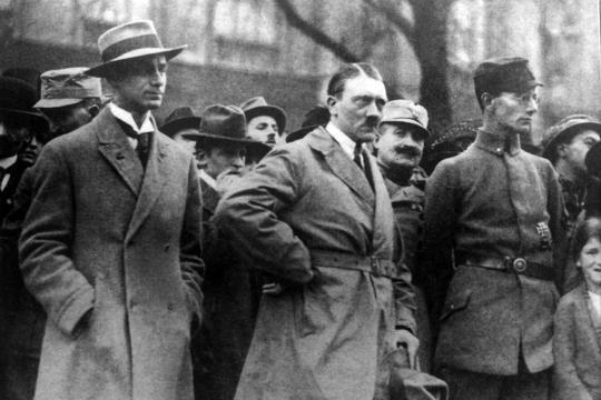Alfred Rosenberg (l.; 1892-1946) und Adolf Hitler (M.) bei der Einweihung eines Kriegerdenkmals am 4. November 1923 in München. Wenige Tage später sollten beide zur Feldherrnhalle marschieren.