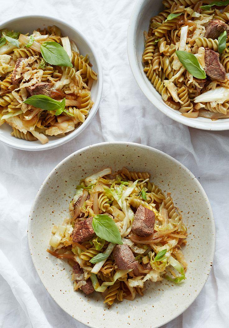 Je vous propose une recette de pâtes avec une garniture de bœuf et de légumes qui saura combler les plus gros appétits.