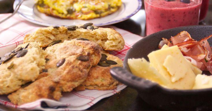 Matiga scones som görs med riven zucchini, ingefära och yoghurt. Toppas med rostade pumpafrön.