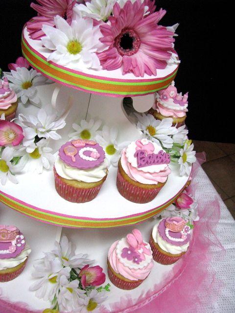 Adorable fondant topped cupcakes #fondant #cupcakes