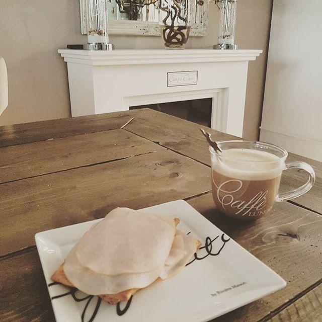 Op naar de laatste werkdag van deze week. Met een lang weekend in het vooruitzicht geniet ik dubbel van mijn ontbijtje. Fijne (werk)dag allemaal ⚘  #lentekriebels #lente #instagram #instaweather #mijnhuis #huisjekijken #binnenkijken #huisje #rivieramaison #rivieramaisonlovers #rusticrattan #rattan #happyliving #homedecoration #homedecor #koffie #cappuccino #interior #interiordesign #interiör #shabbychic #shabbychicdecor #lovelyinterior #interiorinspiration #shabyyhomes #interior123…