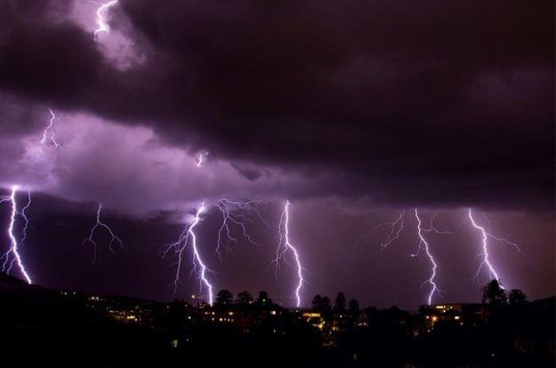 Some mad lightning over Sydney last night! (pic via Luka Kerr) http://www.buzzfeed.com/deannye/sydneys-lightning-spectacular?bftw&utm_term=4ldqpgd#4ldqpgd… @BuzzFeedOz #SydneyStorm