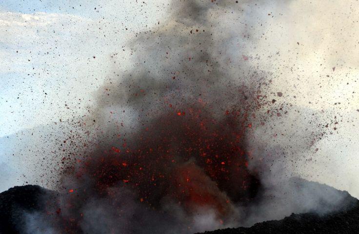 L'Etna va avanti con l'eruzione da oltre un mese, attira migliaia di turisti al giorno e da oggi è anche visitabile ad alta quota. Lo spettacolo del vulcano siciliano patrimonio Unesco e secondo al mondo per attività diventa ogni giorno più attraente per residenti e visitatori,