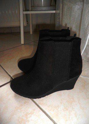 Kupuj mé předměty na #vinted http://www.vinted.cz/damske-boty/kotnikove-boty/13638515-nove-cerne-boticky-na-klinku-hm