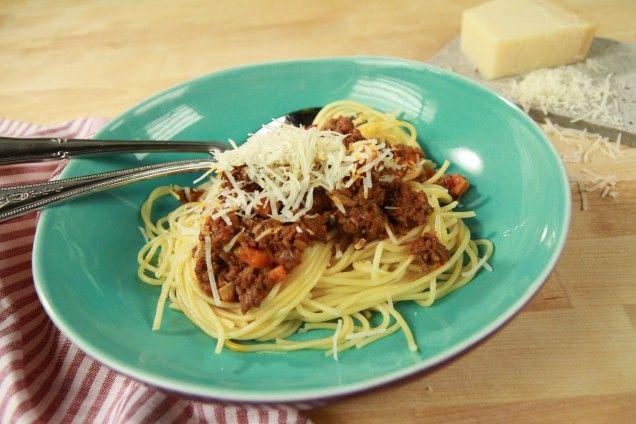 Köttfärssås och spaghetti är en middagsfavorit som alla älskar. Här är Jennie Walldéns och Tommy Myllymäkis enkla recept på godaste vardagsmaten.