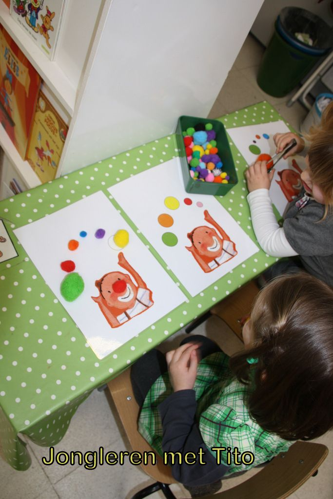 Jongleren met Tito: met knijpertjes de bolletjes op de juiste plaats leggen (eveneens blanco voorbeeldjes waar ze zelf kunnen kiezen van kleur)