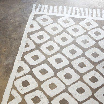 Verf een tapijt in je tuin of garage... Gebruik hiervoor betonverf.