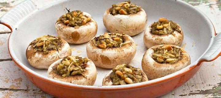 Een aanrader om je etentje mee te starten; grote gevulde champignons met pesto, kaas en pijnboompitten