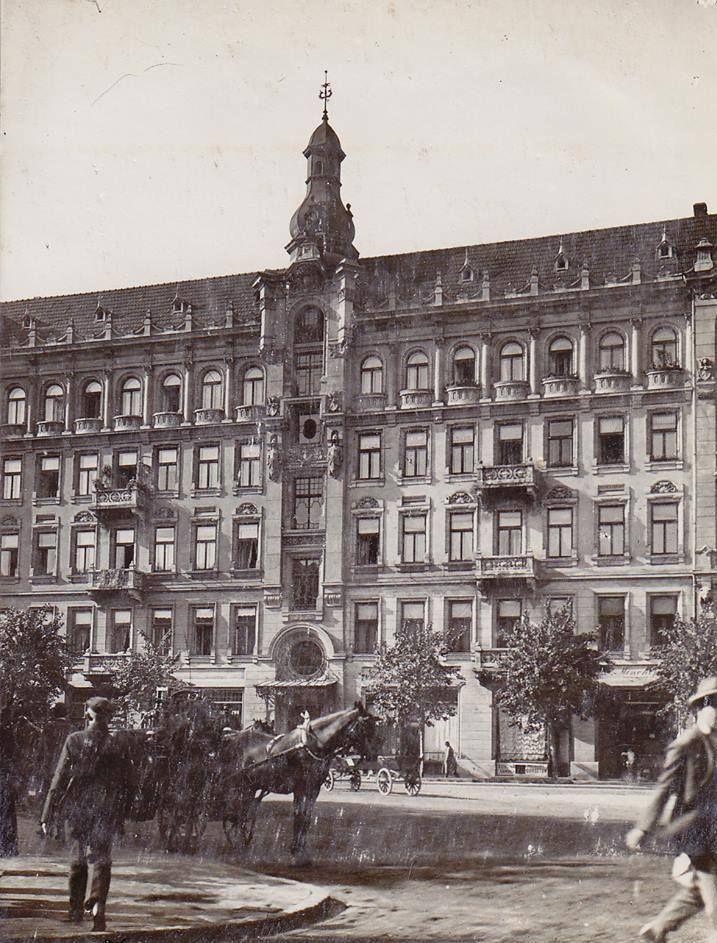 Jedna z najmniej znanych kamienic warszawskich i zarazem jedna z najpiękniejszych -kamienica Lewenfisza przy Placu Napoleona. Źródło :Archiwum Państwowe w Warszawie