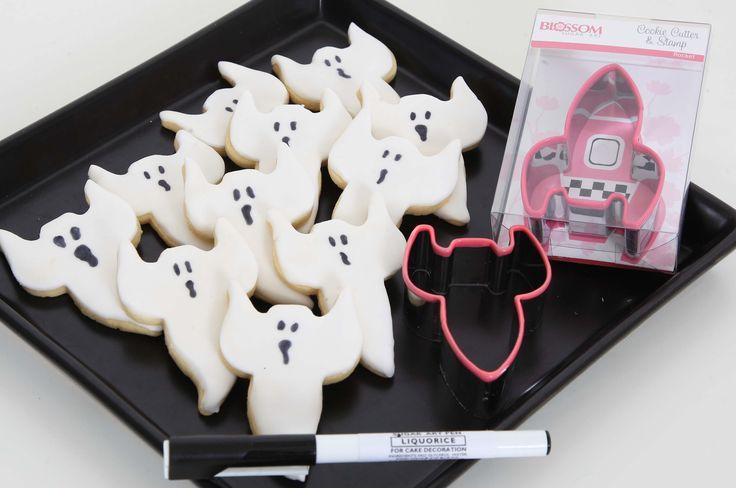 Pysseltips inför Halloween: Spökkakor av raketutstickaren! Ett enkelt kul och gott pyssel inför halloween är spökkakor! Ni behöver bara en raketustickare (som ni vänder upp-och-ned), ett paket sockerpasta eller marsipan samt en penna med svart karamellfärg i. #halloween #pysselmedbarnen #spökkakor #homeparty #sugarktichen #blikonsulent #bokavisning #cookies #dekoreradekakor #tårta #muffins #cupcakes #cakepops