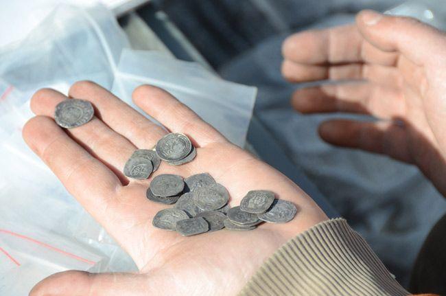 Elől a penny, mögötte a dénárok.